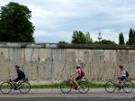 Passando de bike numa parte preservada do Muro