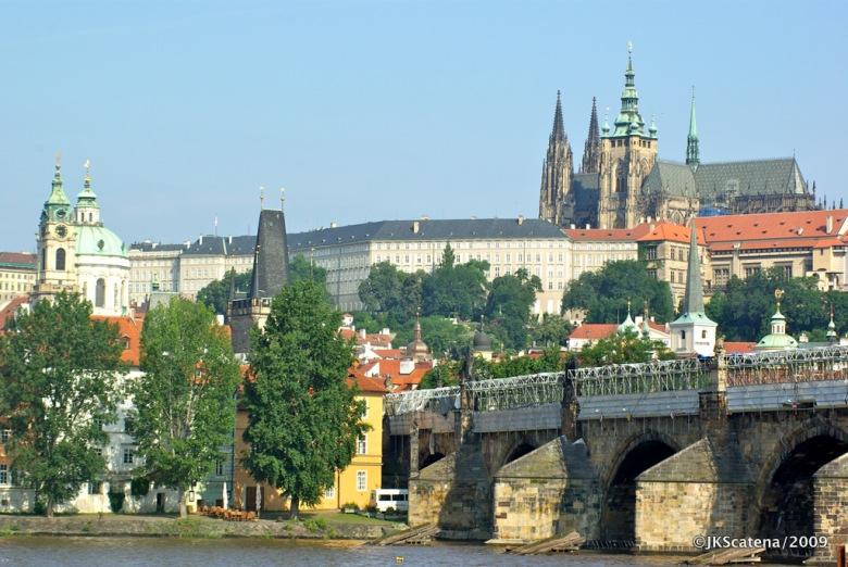 Ponte Carlos (Karluv most) e com o Castelo de Praga ao fundo