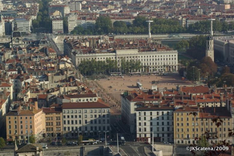 Uma das praças de Lyon, vista da Basilica de Fourvière