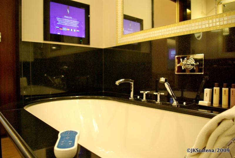 Paris – Fouquet's Barrière – Banheira  ©JKScatena -> Banheiro Com Banheira E Televisao