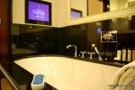Televisão na banheira, com controle à prova d'água